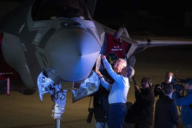 На фото: президент Израиля Реувен Ривлин (слева) помещает символ ВВС на истребитель F-35 на базе ВВС Неватим недалеко от Беэр-Шевы. , Израиль, 12 декабря 2016 г. В понедельник ВВС Израиля получили свои первые два усовершенствованных истребителя-невидимки F-35, которые, по словам страны, дадут ей качественное преимущество над своими соседями на долгие годы, 13 декабря 2016 года