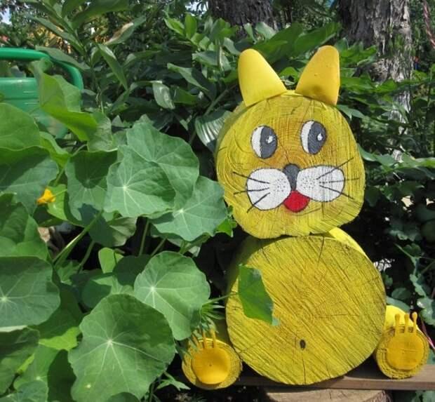 Изготовленное из бревна животное, например, кошка выглядит креативно.