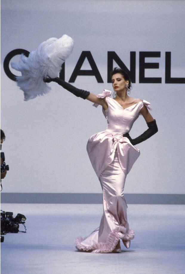 Молодая Инес де ля Фрессанж на показах Шанель, восьмидесятые годы