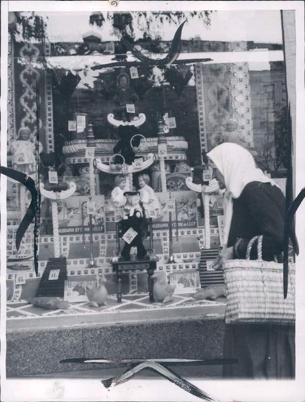 1955. Киев. Универмаг, витрина с игрушками