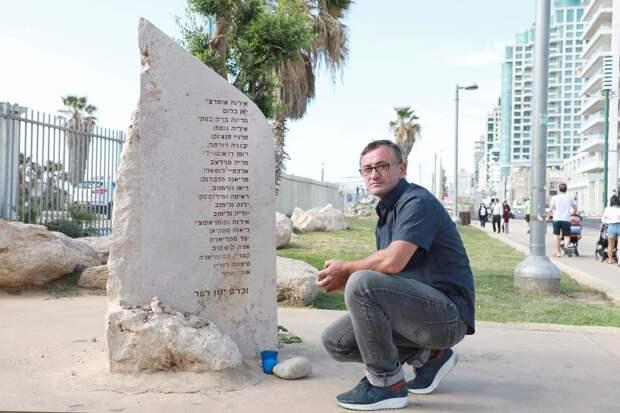 Виктор Комоздражник у обелиска с именами погибших. Фото: Дана Копель