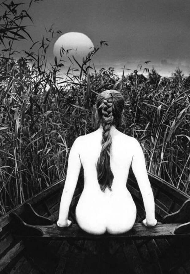 Силуэт обнаженной девушки. СССР, 1970 год. Автор фотографии: Валдис Браунс.