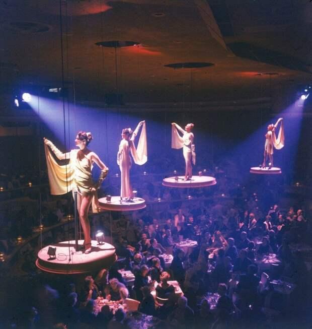 Девушки из знаменитого парижского шоу Lido выступают на поднятых платформах в отеле-казино Stardust. США,1958 история, ретро, фото, это интересно