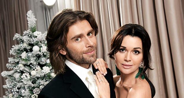 Муж Анастасии Заворотнюк переехал в клинику, чтобы быть рядом с актрисой