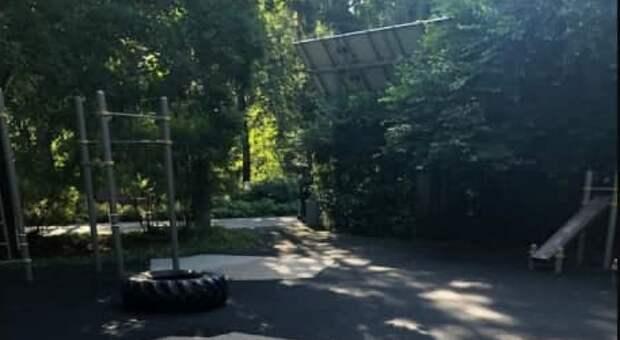 На спортивной площадке в парке «Северное Тушино» обновят резиновое покрытие