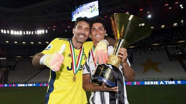 «Угадайте, сколько трофеев выиграли эти два молодых парня?» Роналду выложил фото с Буффоном и чемпионским кубком