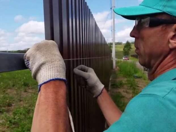 Как правильно крепить профлист на забор, чтобы потом не переделывать