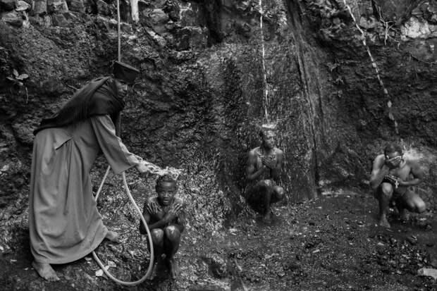 Фотографии массового экзорцизма в Эфиопии. Фотограф Роберт Уоддингем 9