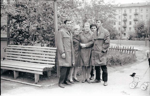 Плащи-болоньи носили и мужчины, и женщины. /Фото: casual-info.ru