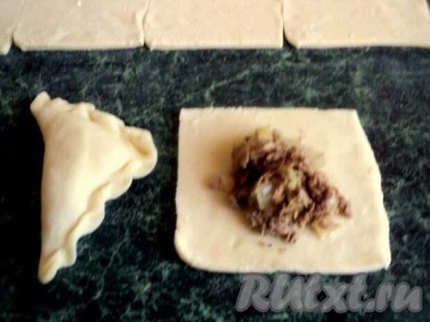 На тесто выложить по 1 столовой ложке начинки и слепить вареник с мясом.