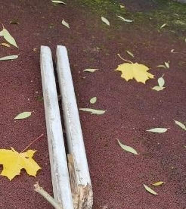 Хулиганы сломали лавочку возле детской площадки на Абрамцевской