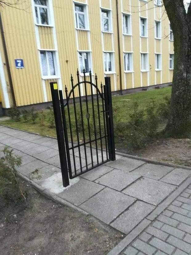 Калитка? Ну ладно! архитектура, барьер, забор, непреодолимый барьер, ограждения, прикол, экстерьер, юмор
