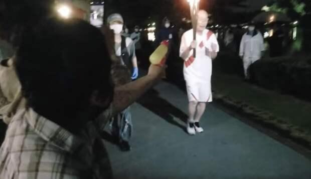 Жительница Японии хотела затушить олимпийский факел водяным пистолетом (видео)