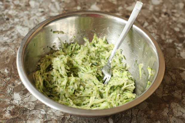 Летом готовлю такие чебуреки из кабачков: не нужно замешивать никакое тесто и получается бесподобно вкусно