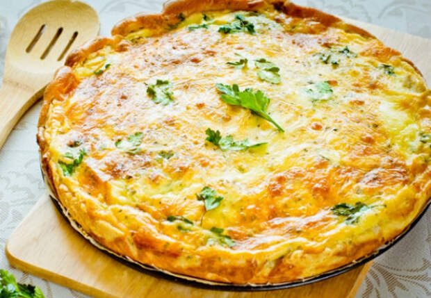 Натерли сыр с луком и накрываем тестом: пирог за 10 минут