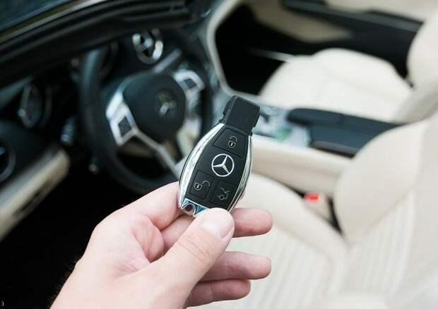 Как открыть авто при севшей батарейке в брелоке?