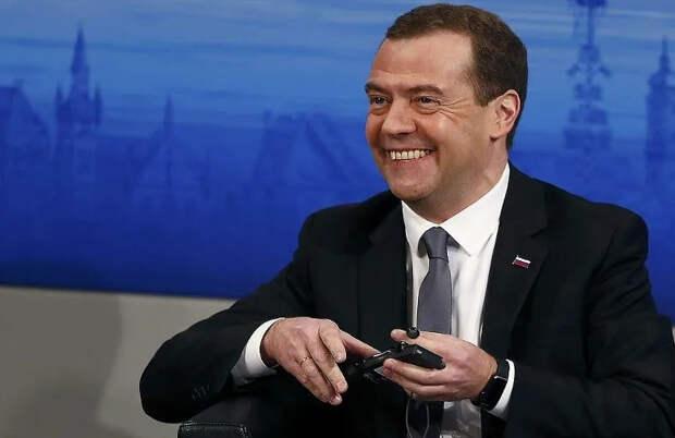 Бывшим президентам России разрешат ездить по встречной полосе и парковаться на местах для инвалидов