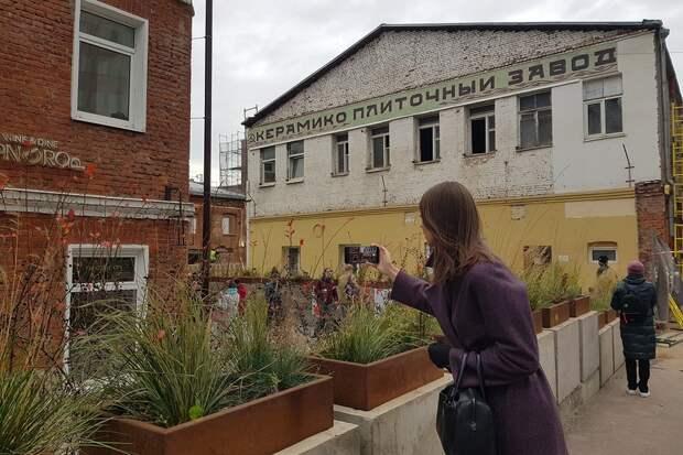 Москвичи восстановили цветочное панно на заводе, где создавали плитку для сталинских линий метро