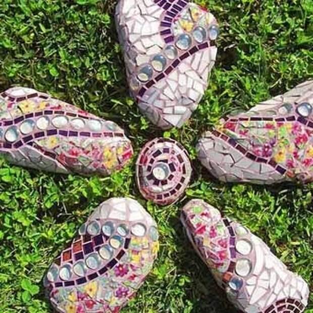 идеи для дачи каменный цветок с мозаикой