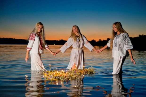 Славянские девушки купаются на Иван Купала