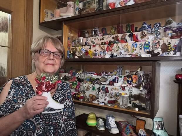 Жительница Лианозова наряжает елку…сувенирной обувью