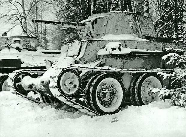 Танки 1-й гвардейской танковой бригады в засаде. На переднем плане — легкий танк БТ-7, за ним виднеется Т-34. Ноябрь 1941 г. Великая Отечественная война, Советский народ, история