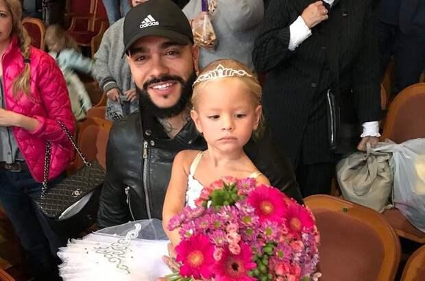 4-летняя дочь Тимати дебютировала в спектакле