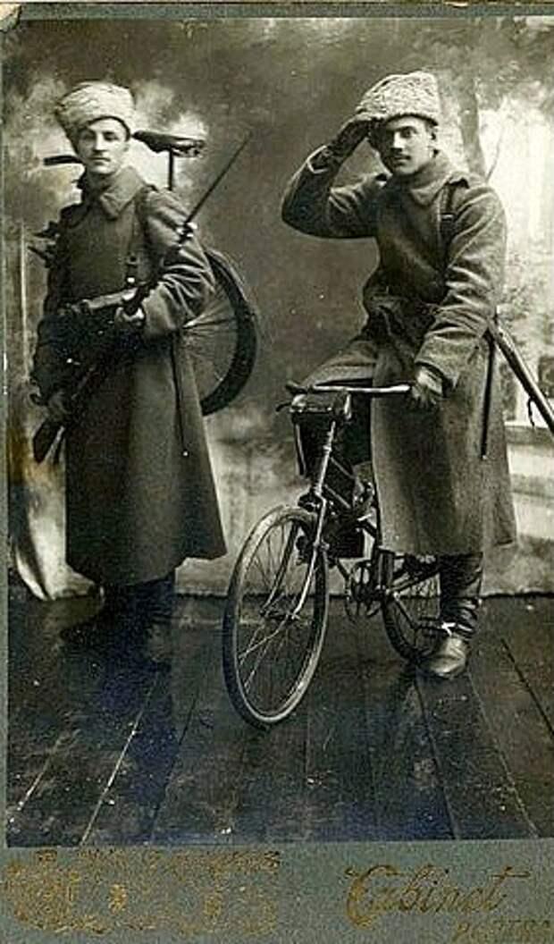 Русские солдаты с винтовками и складными велосипедами, период 1-ой мировой войны