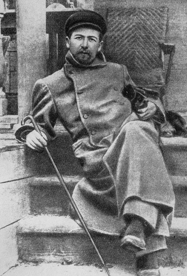 Чехов в Мелихове с таксой Хиной. 1897 г