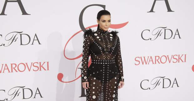 В черных трусах и без штанов: 14 нелепых образов 41-летней Ким Кардашьян