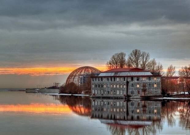 Построенный в 90-е годы дебаркадер под отель на воде сегодня - знаменитый петербургский «призрак». /Фото: fiesta.ru