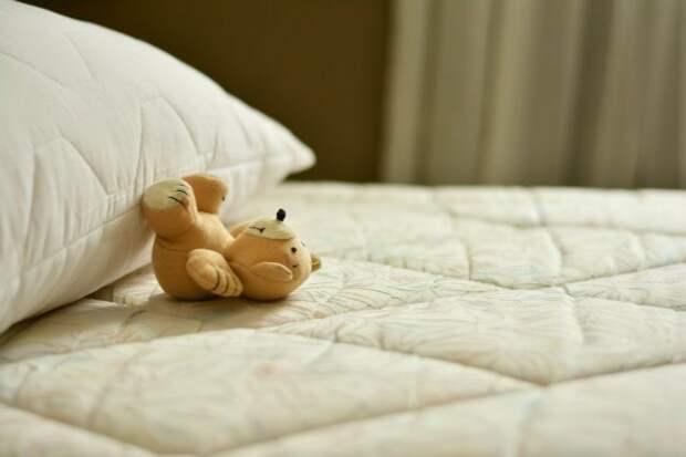 мишка на кровати