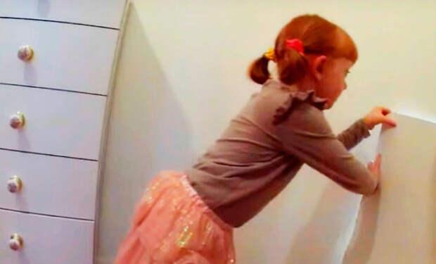 Девочка случайно нашла в старом доме потайную комнату