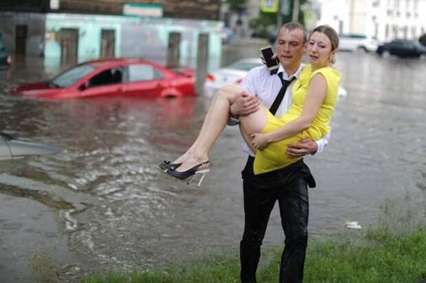 Огромная лужа образовалась на улице Ковалихинской. Машины двух автоледи буквально погрузились наполовину в воду, и на фото видно, как мужчина помогает им выбраться. авто, автомобили, героизм, герой, наводнение, помощь, потоп, спасение
