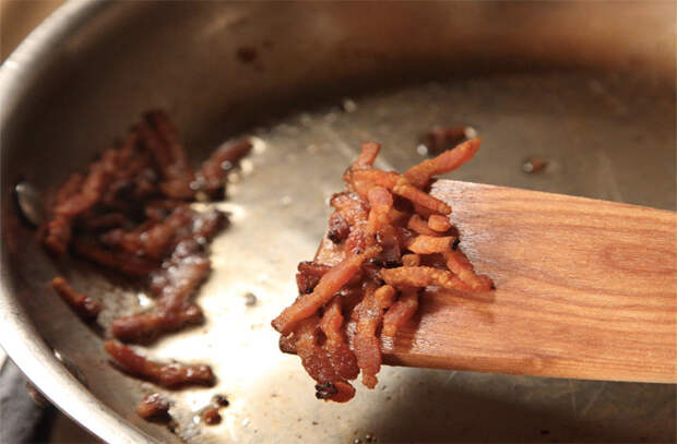 Ставим сковородку и жарим сразу без разогрева: для утки и бекона горячая сковорода вредна