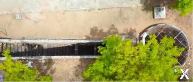 Лестница сделана из гранита