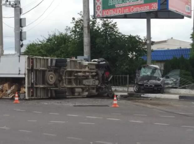 Страшное ДТП в Севастополе: грузовик лежит мёртвым грузом, BMW«размазан» (ВИДЕО)