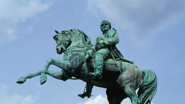 Мэр Руана предложил заменить памятник Наполеона статуей активистки-феминистки