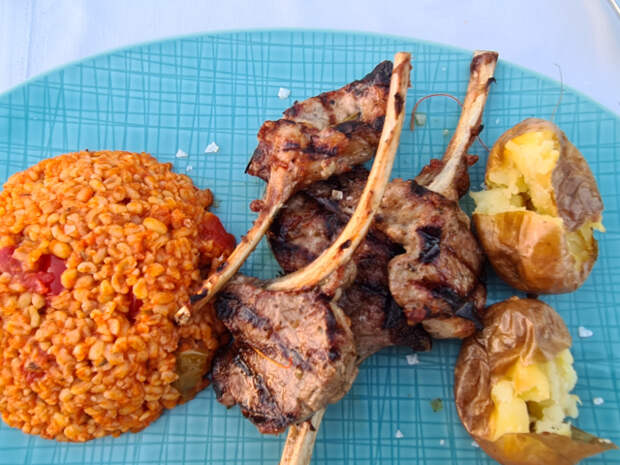 «Обманывают с алкоголем и мясом». Чем нас кормят на турецком олл-инклюзиве?