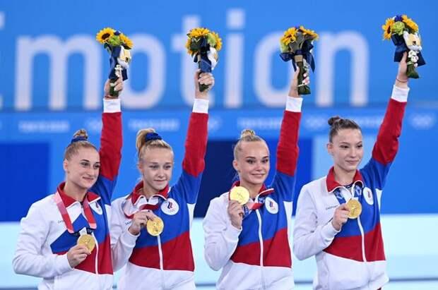 Лилия Ахаимова, Виктория Листунова, Ангелина Мельникова иВладислава Уразова (слева направо), завоевавшие золотые медали вкомандном многоборье насоревнованиях поспортивной гимнастике.