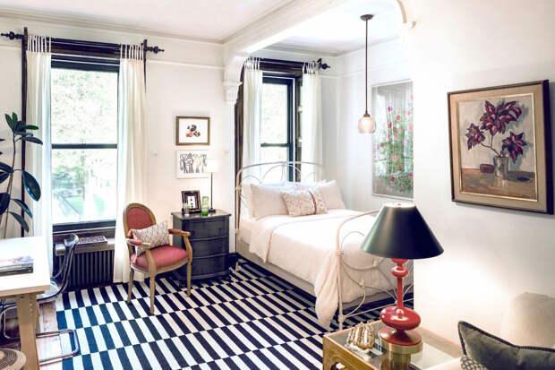 Дизайнер сделала из гостиной полноценную квартиру-студию для комфортной жизни. Спальня, гостиная и кабинет на 23 кв. метрах