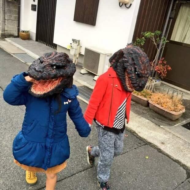 Дети в масках динозавров