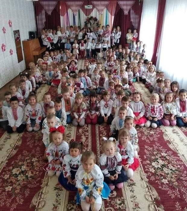 На Украине выложили тризуб из дошколят в вышивках