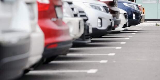 На улице Фабрициуса обустроили парковочные карманы на 10 машиномест