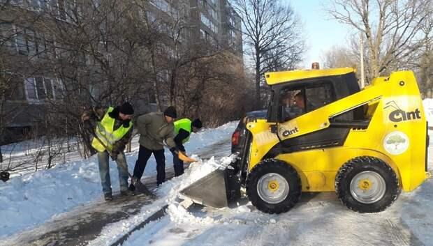 Около 600 рабочих устраняют последствия снегопада во дворах Подольска