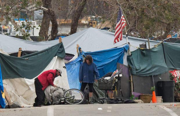Почему-то у нас усиленно продвигают идею, что в США жить под мостом - выбор самих людей. Ну, не может же ТАМ быть нищих!
