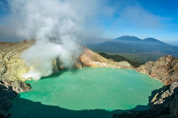 Кавах Иджен, Индонезия. Это самое крупное кислотное озеро в мире: в его состав входят серная и соляная кислоты высокой концентрации. Приближаться к озеру Иджен без противогаза не рекомендуется. Это, впрочем, не останавливает местных жителей, добывающих серу из шахты на склоне вулкана.