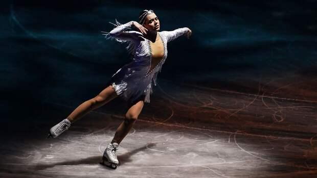 Фигуристка Сотникова показала танец с хоккейной клюшкой