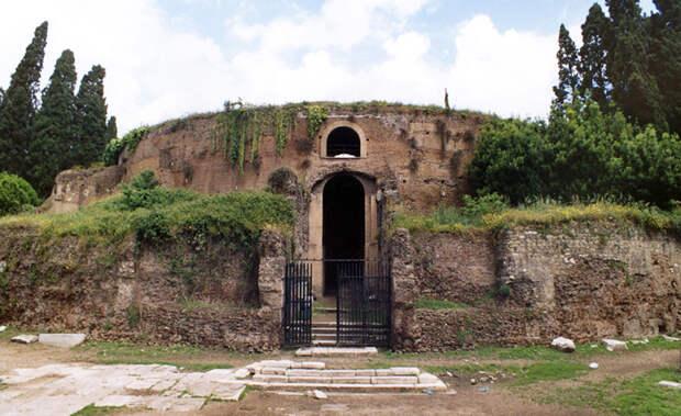 Руины мавзолея Августа на Марсовом поле в Риме