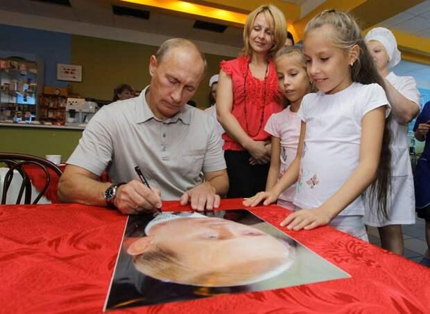 Российский Президент раздает автографы детям в Хабаровске, 27 августа 2010.